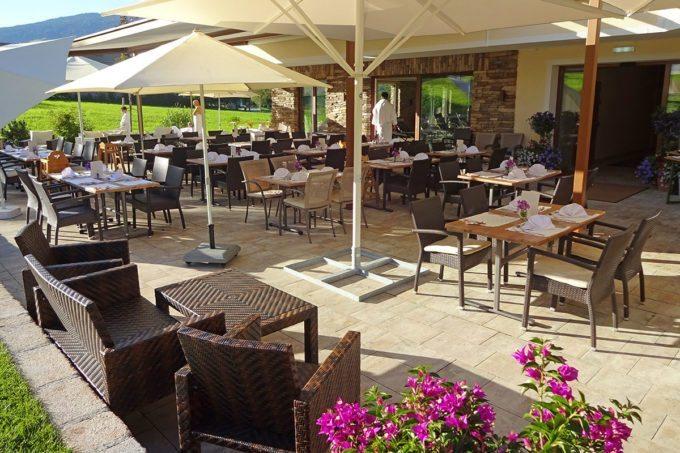 Terrasse im Hotel Taxerhof - Familienhotel in Radstadt, Salzburger Land